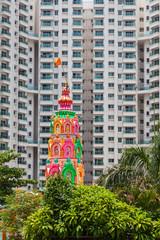 Hindutempel vor modernem Hochhaus