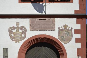 Wappen und Inschrift am Rathaus in Bürgstadt