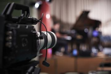 Detail Kamera vor Bühne mit Konzertflügel