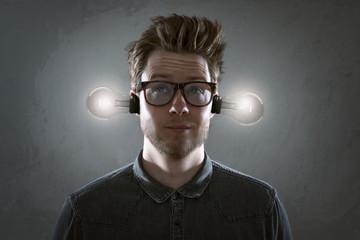 Mann mit Glühbirnen im Ohr