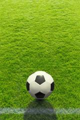 Hintergrund ein Fußball liegt vor einer Linie auf dem Rasen - Background a soccer ball lies in front of a line on the grass