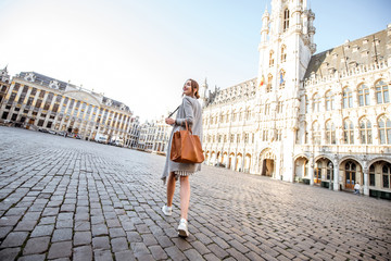 Keuken foto achterwand Brussel Young female tourist walking on the main square with city hall in the old town of Brussels in Belgium