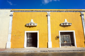 Fototapete - Yellow Colonial Facade