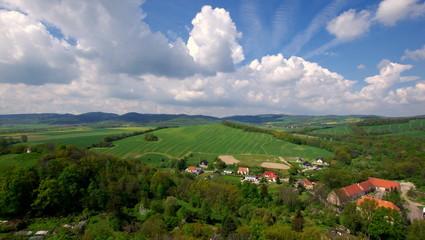 Piękne białe chmury na niebieskim niebie nad polskimi polami, górami i wsiami
