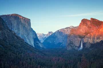 Poster Centraal-Amerika Landen Colorful sunset in Yosemite valley, tunnel view to half dome and El capitan and tall waterfall