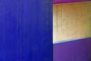 Abstrakter Ausschnitt von farbenfroh angemalter Beton-Architektur