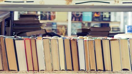 бесплатная раздача старых книг на улицах большого города