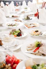 Сервированный и накрытый стол в ресторане в дневное время