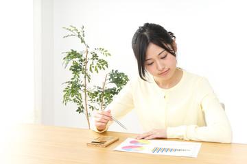 オフィスで働く日本人の女性
