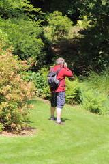 Photographe prenant des photos dans un parc