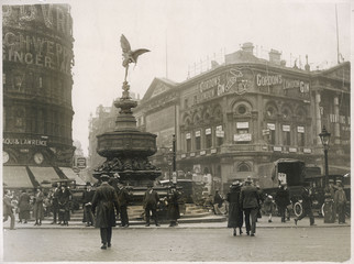 Piccadilly Circus - 1925. Date: 1925