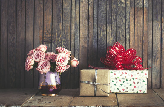 Pink blooming roses and a gift boxes