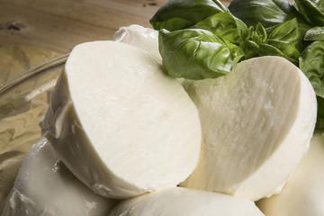 mozzarella e tagliata a metà e basilico fresco