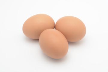 Huevos morenos sobre fondo blanco