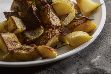 patate arrosto sopra tavolo in legno