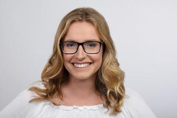 Blonde Frau mit Brille lacht