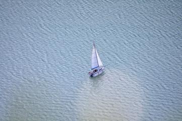 Voilier sur les eaux turquoises