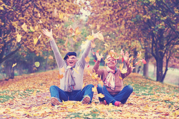 pure Lebensfreude - Seniorenpaar wirkt buntes Laub
