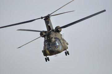 Vista frontal de helicóptero CH-47 Chinook