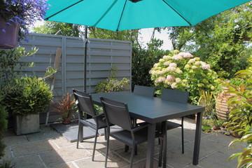 Terrasse fleurie avec salon de jardin