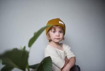 portrait eines selbstbewussten kleinen mädchens