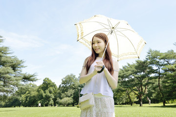 日傘をさす若い女性