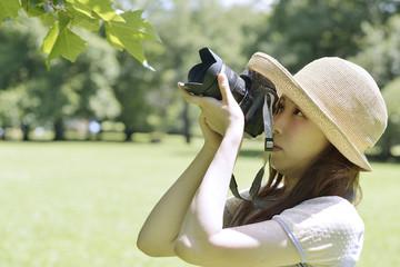 カメラを構える若い女性