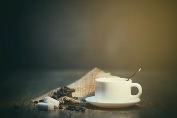 Aluminium Prints Coffee beans grains de café avec tasse blanche
