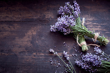 Tuinposter Lavendel Bunches of fresh aromatic lavender on rustic wood