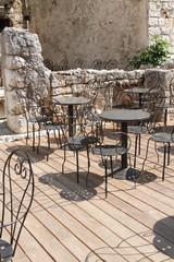 Metallstühle und Tische im Hochformat