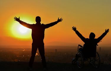 Güneşi İzleyen İki Arkadaşın Eşsiz Mutluluğu
