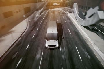 Lieferwagen fährt durch Stadt