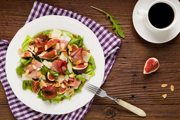 Fresh salad with figs and prosciutto.