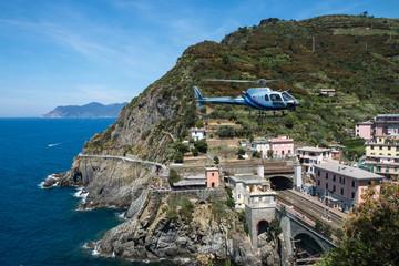 Hélicoptère sur le littoral méditerranéen , Italie , Cinque Terre.