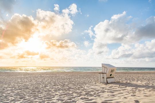 Einzelner Strandkorb bei Sonnenuntergang