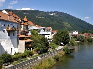 Fluss und Häuser in der Steiermark