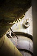 Rohre auf einem stillgelegten Werksgelände
