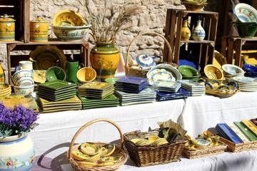 étalage de poterie sur un marché provençal