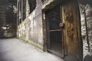 Alte Tür in einem stillgelegten Stahlwerk