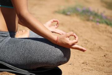 femme qui fait de yoga : zen attitude