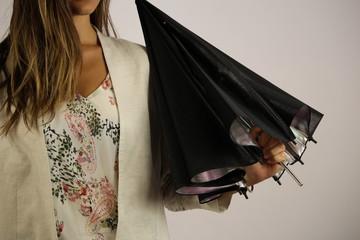 jeune femme avec un parapluie noir