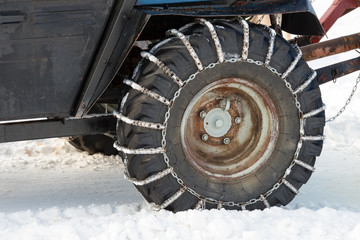 Car wheel with chains for patency