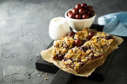 Cherry pie with streusel