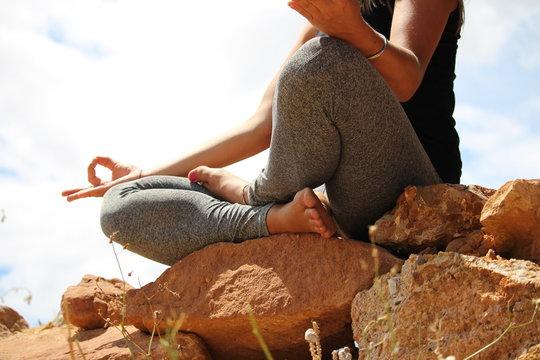 posture yoga réalisé par uen jeune femme : zen attitude