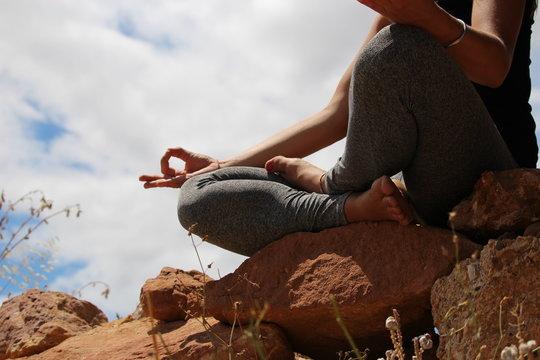 femme qui médite dans la nature ciel