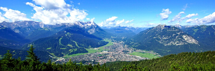 GARMISCH-PARTENKIRCHEN  ( Bayern ) mit Alpen im Hintergrund Wall mural