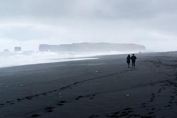 Veduta del promontorio di Dyrhólaey dalla spiaggia nera di Reynisfjara, Islanda