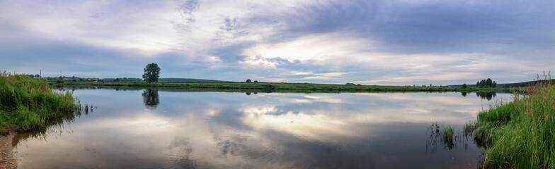 вечерний летний пейзаж на берегу уральской реки с травой, Россия