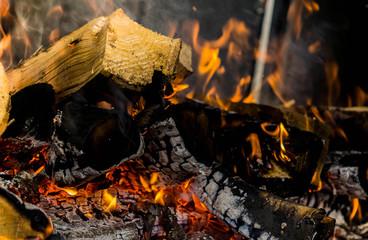 Ein Feueraufbau in einem Spießgrill