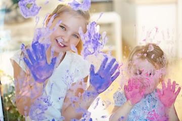 Viele Handabdrücke mit Fingerfarbe